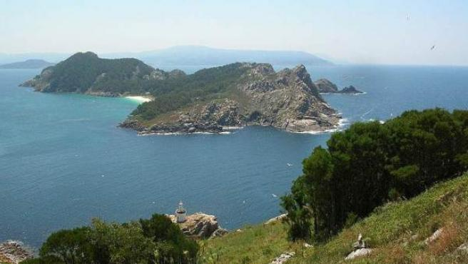 Una vista de la isla Sur de las Cíes desde la isla Do Faro.