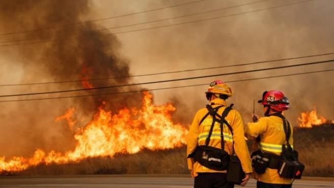Los bomberos luchan por contener un incendio, en Anaheim Hills, California (EE UU).