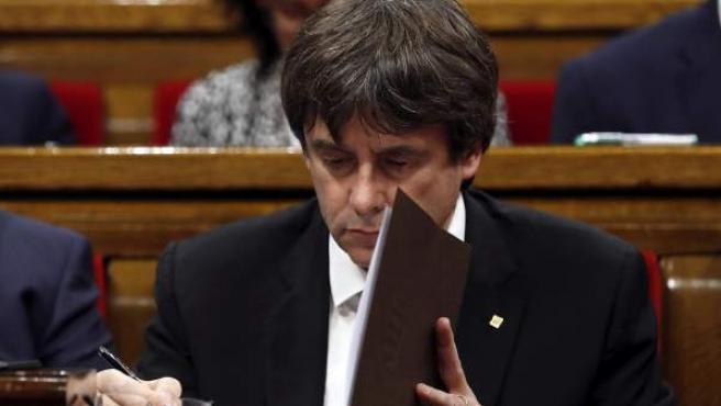 El presidente de la Generalitat, Carles Puigdemont, en su escaño del Parlamento catalán.
