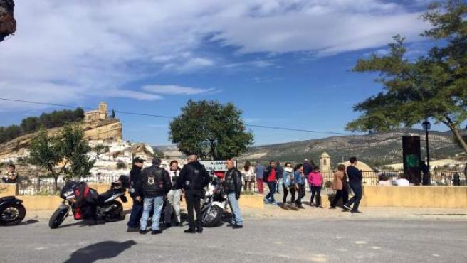 Turistas visitando el municipio granadino de Montefrío