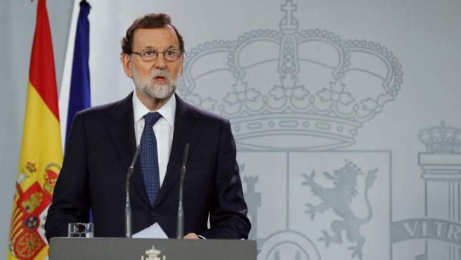 El presidente del Gobierno, Mariano Rajoy, durante su comparecencia ante los medios tras la reunión extraordinaria del Consejo de Ministros, en la que ha anunciado que enviará un requerimiento a Puigdemont, paso previo a la aplicación del 155.