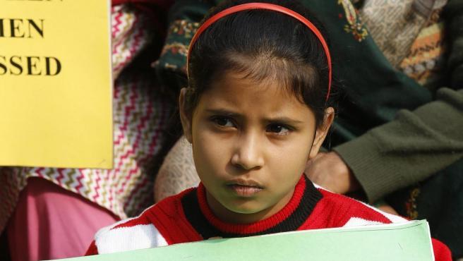 Una niña muestra una pancarta en defensa de los derechos de las mujeres.