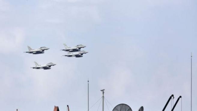 Fotografía facilitada por el Ministerio de Defensa de cuatro aeronaves Eurofighter del Ejército del Aire durante el desfile del Día de la Fiesta Nacional.