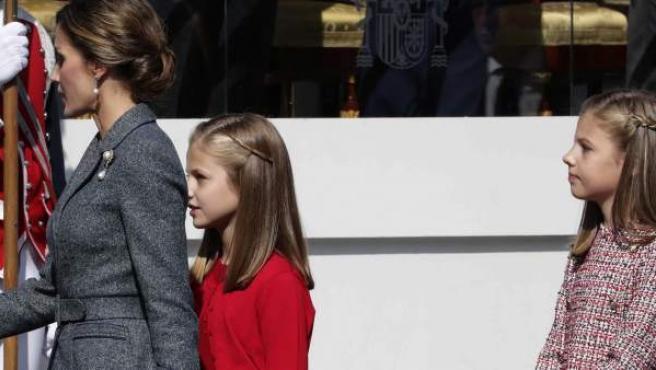 La infanta Sofía espera su turno para saludar a las autoridades durante el desfile de la Fiesta Nacional al que acudió con la mano derecha vendada.