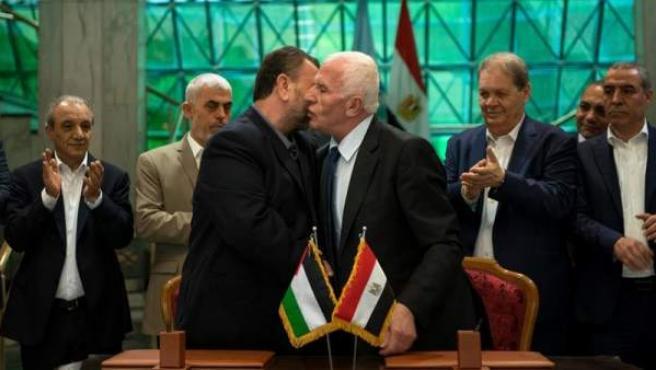 El miembro palestino del comité central de Al Fatah Azam al-Ahmed, y el líder del movimiento islamista Hamás Saleh al Aruri, tras la firma en El Cairo del acuerdo de reconciliación entre las dos facciones palestinas.