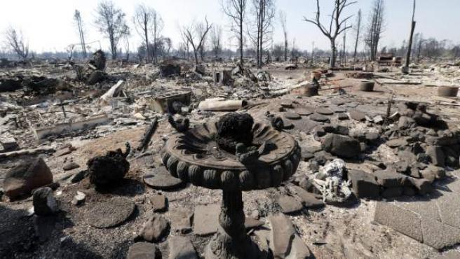Vista de un vecindario afectado por el incendio en Santa Rosa, California (EE UU).