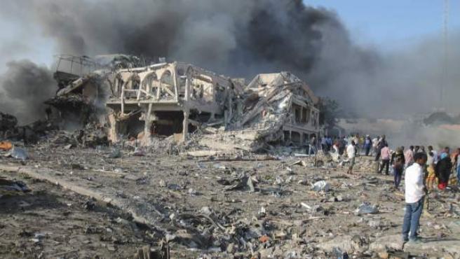 La gente se reúne en la escena de una explosión masiva frente al Hotel Safari en Mogadisci, la capital de Somalia, el 14 de octubre de 2017. Según los informes, al menos 85 personas murieron cuando una bomba de camión explotó en una calle transitada del centro de Mogadiscio.