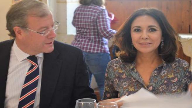 Antonio Sliván junto a Isabel Gemio.