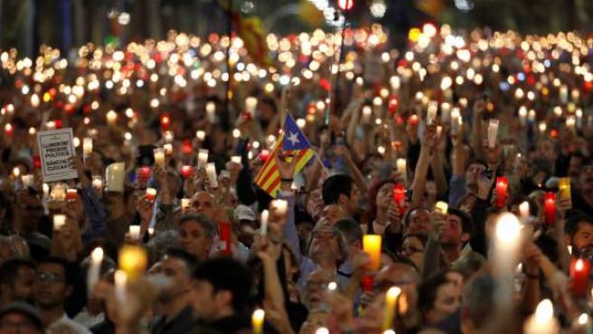 Miles de personas piden la liberación de Jordi Cuixart y Jordi Sànchez en Barcelona.