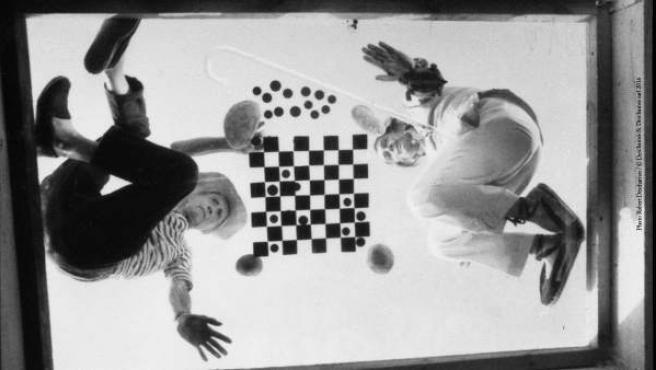 Marcel Duchamp y Salvador Dalí jugando al ajedrez. Fotografía de Robert Descharnes.