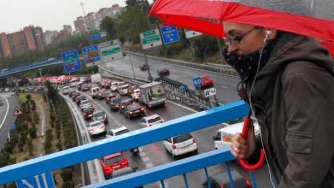 La lluvia que cae en Madrid ha provocado fuertes retenciones kilométricas en la M-30.