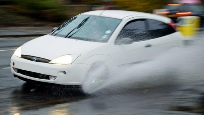Cuando sufras aquaplaning mantén un punto de gas con el acelerador para evitar que tu vehículo se ladee y tengas un derrape.