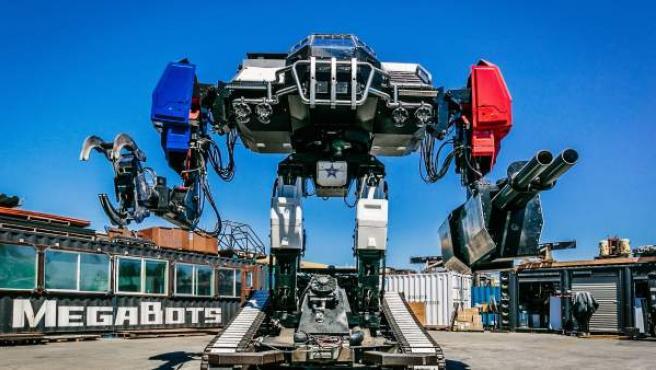 Fotografía cedida por MegaBots, de Eagle Prime, un robot de la empresa estadounidense MegaBots que pesa 12 toneladas, mide 4,8 metros de altura y tiene una capacidad de 430 caballos de potencia y participó en un combate a muerte de robots.