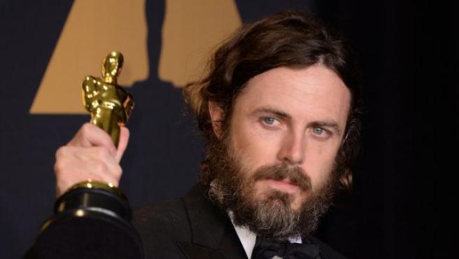 El actor Casey Affleck muestra el Oscar a mejor actor.