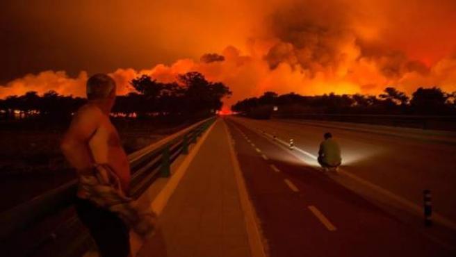 Avance de las llamas en Praia da Vieira, Marinha Grande, Portugal.