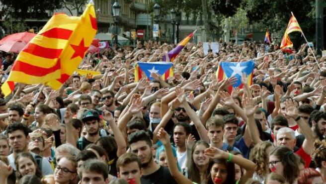 Unos 15.000 estudiantes se han concentrado en el centro de Barcelona para protestar por la intervención policial y las cargas que se efectuaron en el referéndum del 1-O en Cataluña.