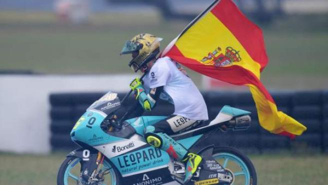 Joan Mir celebra con la bandera española su título de campeón del mundo de Moto3.