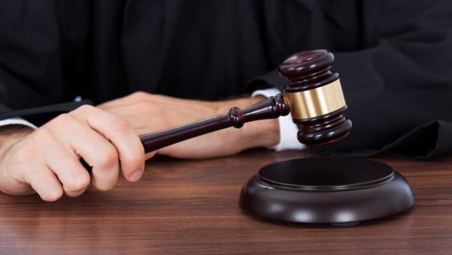 Un juez con el mazo en la mano en una foto de archivo.