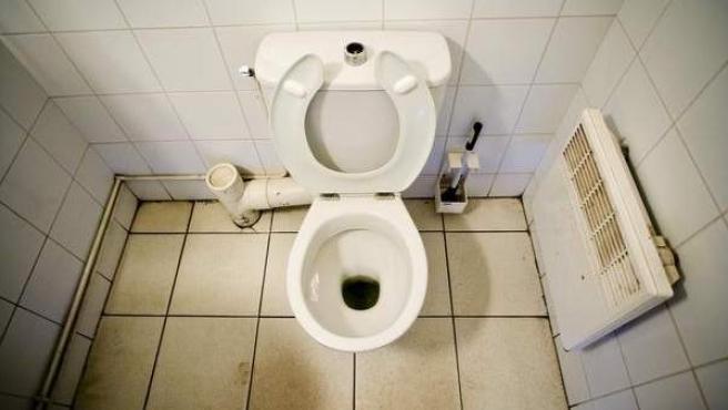 Un retrete en un baño público, en una imagen de archivo.