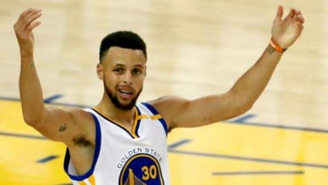 Stephen Curry, de Golden State Warriors, tras conseguir una canasta.