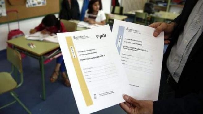 Un profesor muestra los cuestionarios que deben rellenar los alumnos, en la nueva evaluación externa de tercero de Primaria fijada por la Lomce / Jesus Diges.