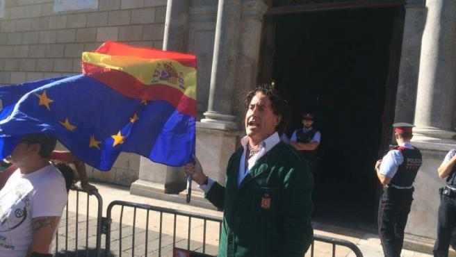 El aristócrata Álvaro de Marichalar, frente al Palau de la Generalitat.