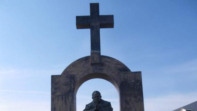 La estatua del papa Juan Pablo II en la localidad francesa de Ploërmel, coronada por una gran cruz.