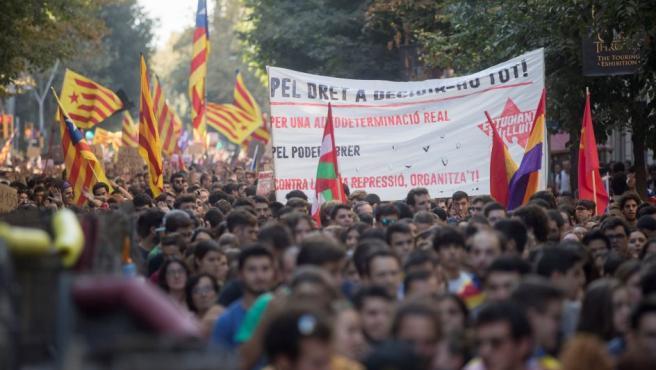 Cientos de estudiantes universitarios y de secundaria se manifiestan este mediodía por el centro de Barcelona en protesta por la aplicación del artículo 155 y para pedir la liberación de Jordi Sànchez y Jordi Cuixart y que se proclame la independencia de Cataluña.