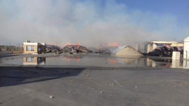 Bomberos trabajan en la extinción de un incendio en Lebrija