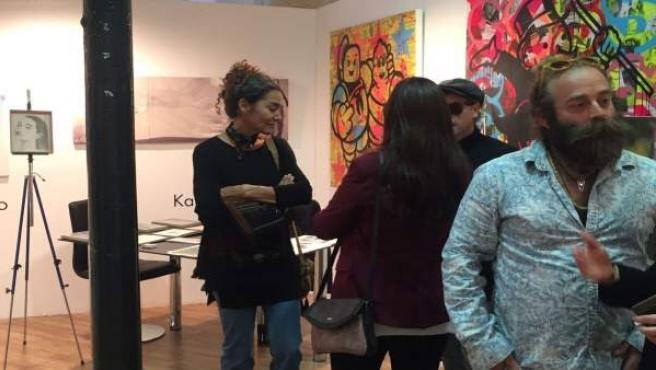 La artista Karina Zothner, al fondo en ArteOviedo 17