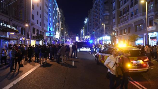La Gran Vía de Madrid ha sido cortada este jueves a las 19.15 tras detectar la policía un vehículo sin conductor, abandonado y con las luces en marcha, han informado fuentes de Emergencias Madrid. La policía ha activado el protocolo de seguridad, y ha acordonado la zona para inspeccionar el vehículo tras cortar un tramo amplio de la Gran Vía. Se trata de un Nissan Qashqai negro, parado a la altura del número 60 de la Gran Vía en sentido Plaza de España.