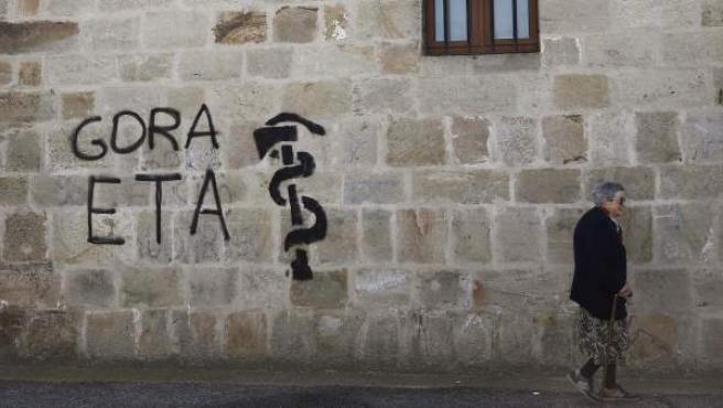 Pintada a favor de ETA realizada en la pared de una vivienda.