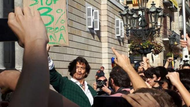 Alvaro de Marichalar concentrado ante la Generalitat