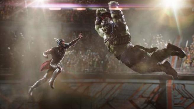 Thor y Hulk se ven las caras en 'Thor: Ragnarok'.