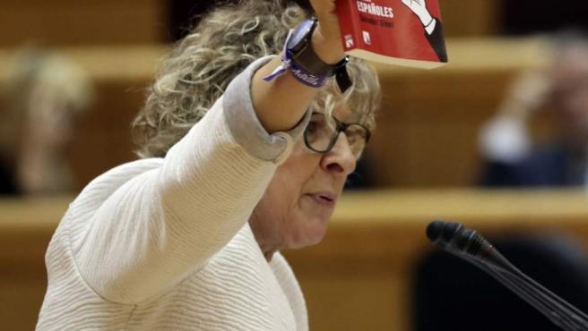 Mirella Cortés (ERC), con el libro que le ha regalado a Rajoy en el Senado.