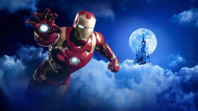 Una recreación de Iron Man junto al castillo de Disney Land Paris.