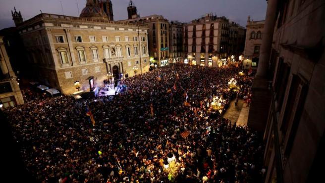 Concentración en la plaza de Sant Jaume de Barcelona, ante el Palau de la Generalitat, para festejar que el Parlament ha declarado de forma unilateral la independencia de Cataluña.