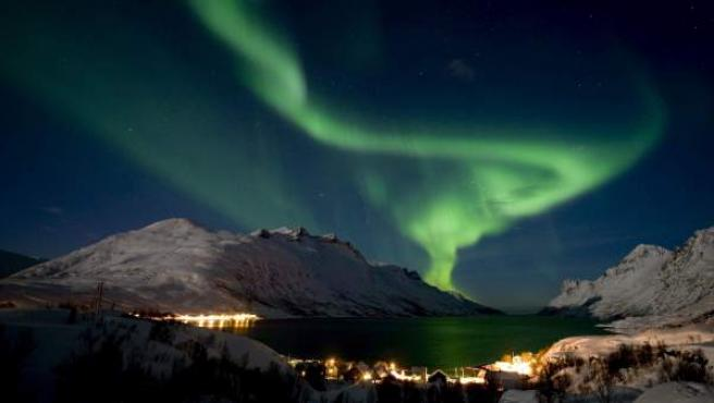 La aurora boreal ilumina el cielo sobre la población noruega de Ersfjordbotn, cerca de Tromso.