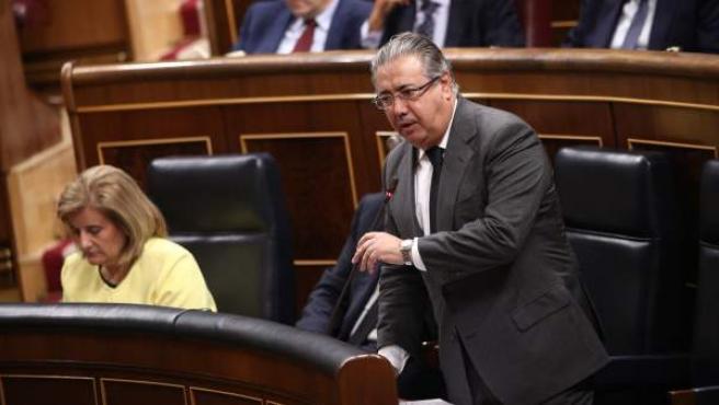El ministro del Interior, Juan Ignacio Zoido, duratne una sesión de control al Gobierno en el Congreso.