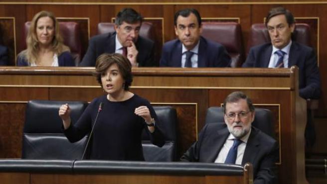 La vicepresidenta y el presidente del Gobierno, Soraya Sáenz de Santamaría y Mariano Rajoy, en el Congreso.