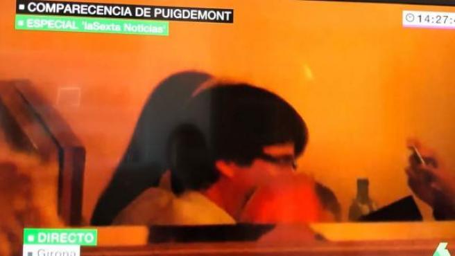 Puigdemont, captado en un bar de Girona a mediodía.