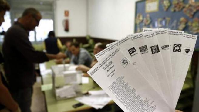 Imagen de archivo de papeletas durante las elecciones del 27 de septiembre de 2015.