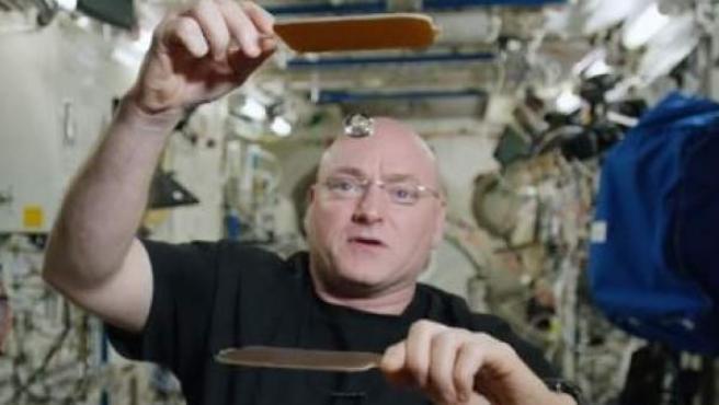 El astronauta Scott Kelly, jugando al ping pong con una gota de agua.
