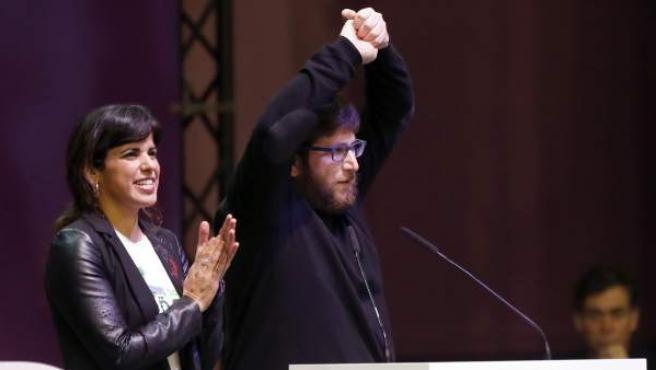 La coordinadora general de Podemos en Andalucía, Teresa Rodríguez (i), y el eurodiputado de Podemos Miguel Urbán de Anticapitalistas, durante su intervención en la primera jornada de la Asamblea Ciudadana Estatal de Vistalegre II.