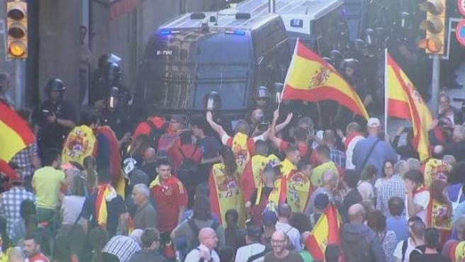 Insultos a los mossos después de la marcha por la unidad de España.