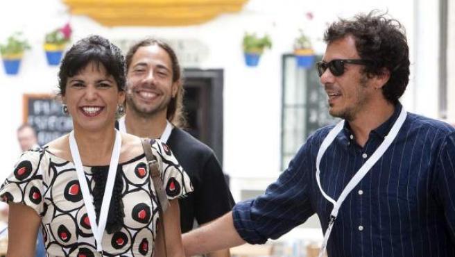 La líder de Unidos Podemos en Andalucía, Teresa Rodríguez, y su pareja, el alcalde de Cádiz, José María González, Kichi, a su llegada a un colegio electoral de la capital gaditana.