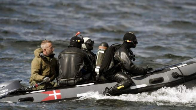 Buzos del Comando de Defensa de Dinamarca durante el operativo de búsqueda Kim Wall, cuyo torso mutilado fue encontrado finalmente.