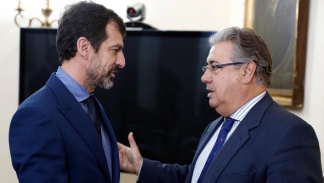 El ministro del Interior, Juan Ignacio Zoido, y el nuevo 'major' de los Mossos d'Esquadra, el comisario Ferrán López, durante la reunión que mantuvieron en la sede del Ministerio del Interior.