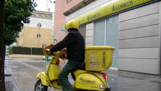 Un cartero realiza su reparto en moto, en una imagen de archivo.