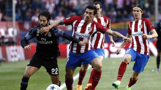 Savic frena a Isco en falta en el Atlético - Real Madrid.